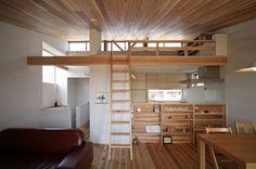 キッチン、ロフト、杉板張りの勾配天井。北側のハイサイドライト。 LIMIA (リミア)