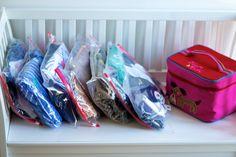 Kofferpacken mit dem Zip-Beutel-Outfit-System. Zip-Beutel helfen euch, stressfrei für den Familienurlaub zu packen.