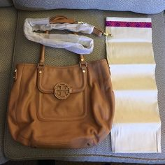 Tory Burch Amanda Hobo Purse This purse was only ever used very few times. This purse is beautiful and has no stains or tears. It has the stamp still in original packaging and the dust bag. Tory Burch Bags