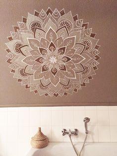 Geweldige sfeermaker in de badkamer! Grote oosterse mandala's gemaakt door Marlous & Amke van Atelier 15. http://www.atelier15.nl/muurschilderingen/