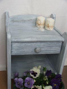 Drewniana, sosnowa szafka nocna, postarzana i ręcznie malowana.