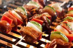 Une marinade simple et savoureuse pour vos brochettes de boeuf : Dijon et balsamique Cordon Bleu, Caprese Salad, Sushi, Sausage, Bbq, Food And Drink, Meat, Cooking, Ethnic Recipes