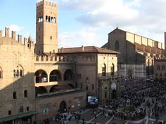 Google Image Result for http://www.transitionsabroad.com/publications/studentwritingcontest/images/bologna_italy_piazza_festival.jpg