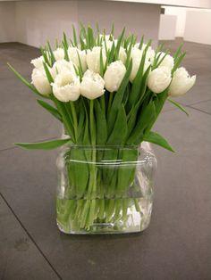Un vase en verre transparent, de belle stature qui mettra en valeur le plus simple des bouquets. Sa forme carrée lui apporte une touche de modernité. Existe aussi version haut. Belle idée cadeau!