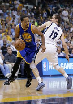 Description of . Golden State Warriors guard Shaun Livingston (34) dribbles around Golden State Warriors guard Leandro Barbosa (19), of Brazil, during the first half of Game 6 of a second-round NBA basketball Western Conference playoff series Friday, May 15, 2015, in Memphis, Tenn. (AP Photo/Mark Humphrey)