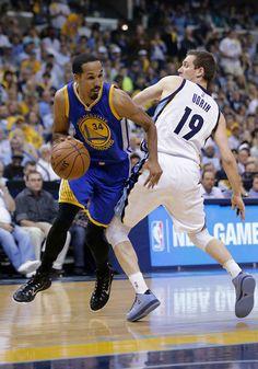Description of . Golden State Warriors guard Shaun Livingston (34) dribbles…