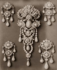 L'ancienne cour — Diamonds, pearls and precious stones from the...