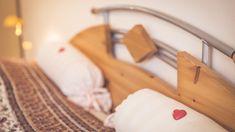 """Einfach mal in die Federn springen!   #Willkommen in der #Ferienwohnung """"Zum alten Pfau"""" im #Ostseebad #Goehren auf der #Insel #Ruegen.  #FeWo #urlaub #reisen #ostsee #unterkunft #herz #kissen Clothes Hanger, Heart Pillow, Peacock, Vacation Travel, Feathers, Island, Simple, Coat Hanger, Clothes Hangers"""