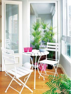 Porches and terraces: Inside or outside? Small Balcony Decor, Small Outdoor Spaces, Interior Balcony, Interior Plants, Porch And Terrace, Home Porch, Outdoor Tables, Outdoor Decor, Barbie Dream House
