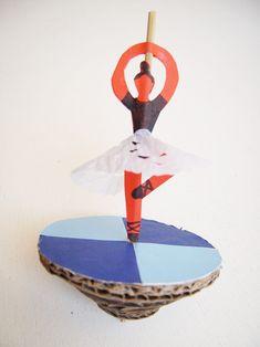 Toupie de danseuse faite avec du carton, une baguette et du papier.