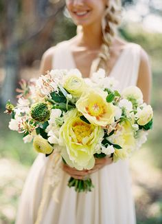 Gelbe Hochzeitsdeko | Friedatheres.com  yellow bridal bouquet Foto: Jose Villa