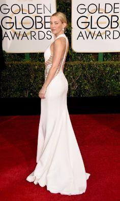 Kate Hudson escolheu um longo branco com abertura nas costas e detalhes em prata, da Versace, para ir ao Globo de Ouro
