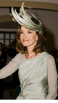 Color muy elegante Mother Of The Bride Hats, Glamour, Headdress, Hair Inspo, Weeding, Marie, Groom, Dreadlocks, Hair Styles