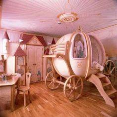 La chambre de petite fille par excellence... Lit carrosse, penderie château, murs et plafond roses... La chambre de Cendrillon / Cinderella 's bedroom