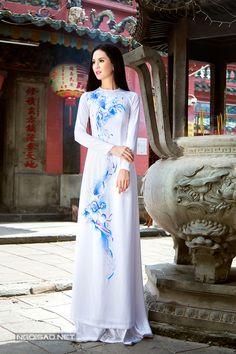Áo dài cưới: Áo dài cưới màu trắng điểm sắc xanh dịu dàng   Dịch vụ bưng quả Sài Gòn   cho thuê nhân viên sự kiện, cung cấp áo dài bưng quả cưới hỏi, đội ngũ người bê mâm tráp, lễ tân ; mâm quả trọn gói