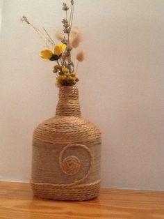 Botella reciclada con cuerda
