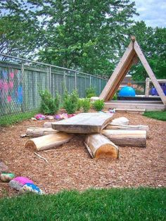 discovery table at Lakeshore Daycare Natural Playground + A structure – Diy Garden İdeas Outdoor Learning Spaces, Kids Outdoor Play, Outdoor Play Areas, Backyard For Kids, Outdoor Fun, Backyard Ideas, Natural Outdoor Playground, Kids Outdoor Spaces, Backyard Picnic