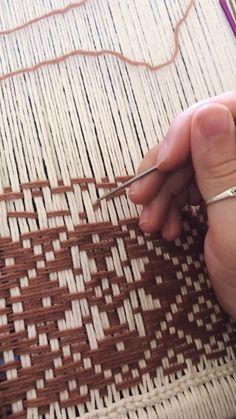 Weaving Loom Diy, Weaving Art, Weaving Patterns, Tapestry Weaving, Hand Weaving, Crochet Stitches Free, Crochet Blanket Patterns, Textiles, Beaded Flowers Patterns