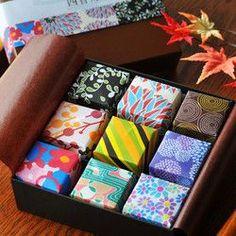 日本色を用いた四角いキャンドルに 「和」の赴きを感じる香りをそれぞれに施しました。白檀、蘭、緑茶、蜂蜜、柚子、無花果 桃、林檎、勿忘草。9種類お楽しみに頂けます。 (写真5枚目参照)キャンドルを包む紙は 札幌のペン画作家さんのオリジナルで 絵紙を蝋に漬け込み1枚1枚手作業で 蝋引きしてお包みしております。正方形にカットしていますのでキャンドル使用後は折り紙としてお楽しみいただけます。優しい和香のキャンドルと折り紙で 和の赴きをお楽しみください。1月は新春限定仕様といたしまして華やかな白箱金仕切りのボックスでお送りさせていただいております。--------------------------------- 和香キャンドル9個入りサイズ1個につき/3.5㎝×3.5㎝燃焼時間/約3時間キャンドル9個、 外箱、香り概要シート(写真3枚目) 商品概要シート(折り紙レシピつき)…