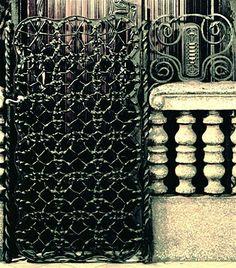 Casa Calvet .  Puerta del ascensor y panel de control. El tratamiento del hierro forjado parece una obra de cestería.  Gaudí , muchas veces recurre a las obras artesanales más humildes para trasponerlas a su arquitectura con otros materiales.