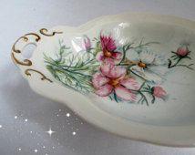 El Boyalı Pembe Beyaz Dianthus Çiçekler Oval Viktorya tarzı Şeker Bulaşık Altın Sabunluk Vanity Yüzük Takı Kaset İmzalandı Trimmed