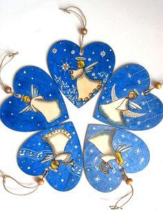 Décorations noël pour sapin, lot de cinq suspensions cœurs en bois anges pyrogravés et peints à la main - suspensions cœurs anges de noël de la boutique SabrinaRIGGIO sur Etsy