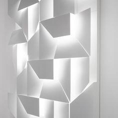 """Le designer Charles Kalpakian nous présente son dernier projet """"Wall Shadows"""" qui est une réécriture du moucharabieh. Ce luminaire se présen..."""
