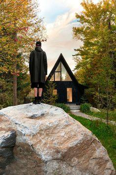 Черный домик в лесах Канады | AD Magazine