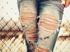 ripped jeans look pretty cute, as long as the rips aren't too high up! this picture is pretty. the ripped jeans look good with the fence Rock Style, Style Me, Trendy Style, Como Romper Jeans, Jeans Dress, Destroyed Jeans, Ripped Jeans, Denim Jeans, Faded Jeans