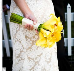 Marisa's hand-tied bouquet was filled with yellow mini calla lilies and cymbidium orchids.  @Catherine Juarbe Se q son caros pero me encanta
