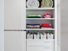 Como organizar o guarda-roupa: 55 dicas incríveis Closets Pequenos, Organizar Closet, Bathroom Medicine Cabinet, Bookcase, Organization, Home Decor, Toque, Organizers, Bedroom Cupboards
