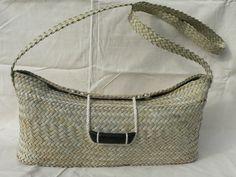 Flax Weaving, Bamboo Weaving, Basket Weaving, Sisal, Maori Designs, Home Decor Baskets, Diy Clutch, Bamboo Crafts, Art Diary