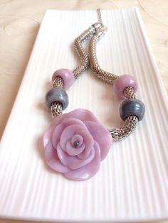 Collar hecho 100% a mano con FIMO, flor color cuarzo rosa y cadeno tubular. NM Designs