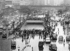 """Década de 50 - O cruzamento entre a avenida Anhangabaú e a avenida São João ganhou uma passagem em desnível em 1951 com a construção do """"Buraco do Ademar"""", que permaneceu por 37 anos, sendo substituído por dois túneis posteriormente."""
