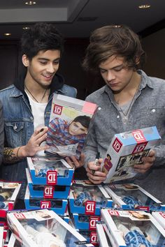 Zayn Malik and Harry Styles of One Direction with dolls of themselves Zayn Malik, Niall Horan, One Direction Quotes, One Direction Harry, One Direction Pictures, Liam Payne, Louis Tomlinson, Boys Who, My Boys