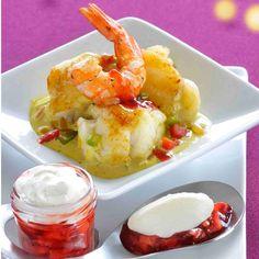 Dans une casserole ou une cocotte, faites revenir avec l'huile les morceaux de poisson, puis ajoutez l'ail et les oignons émincés jusqu'à ce que le parfum se