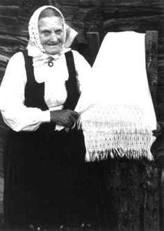 Digitalt Museum - Skjåk, Oppland 1941. Guro Breiskriden viser håndkle med sprang-bord.