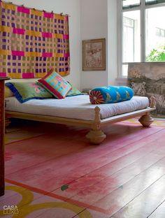 Quarto com um toque super romântico no chão. Flores pintadas imitando tapete colorido