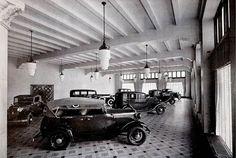 Así lucía la sala de exhibición de los flamantes automóviles Ford de 1932, en la recién inaugurada planta de La Villa, en la Calzada Guadalupe y la avenida Henry Ford. En el lugar de la planta hoy se encuentra la Plaza Tepeyac FOTO: Colección Villasana-Torres