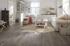 """Der Trend """"Nordic Living"""" oder auch """"Skandinavischer Stil"""" wird immer beliebter - das gilt natürlich auch für den Fußboden. Hier der wineo 500 medium Laminatboden im Dekor Lumber Grey"""