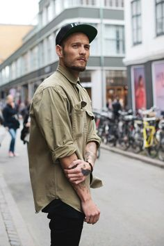In fact today you will find men spending almost as much time as women in picking out their wardrobe. Of course, there is an element of Men's Street Style Outfits For Cool Guys so that they can look cool. Look Street Style, Street Style Summer, Street Styles, Mode Masculine, Stylish Men, Men Casual, Mode Man, Baggy Shirts, Work Shirts