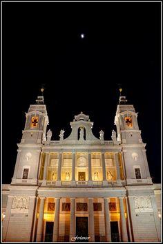 Catedral  de la  Almudena. Vista  nocturna (f)  Para  **Nunila**.