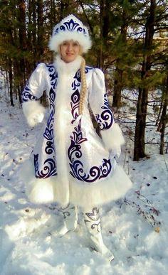 "Снегурочка ""Снежные узоры в головном уборе"" Ice Queen Costume, Costume Ethnique, Russian Fashion, Folk Costume, Cool Costumes, Formal Gowns, Beautiful Gowns, Traditional Outfits, Fancy Dress"