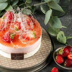 Soft fiordilatte semifreddo and strawberry semifreddo with a rich organic strawberry jam filling, decorated with sugar. Fresh Cream, Strawberry Jam, Camembert Cheese, Panna Cotta, Cheesecake, Sugar, Pastries, Ethnic Recipes, Desserts