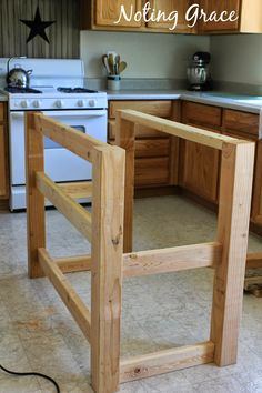 I adore pallets and when we needed a kitchen island in our rental, I needed a budget friendly option.   Loving how our  Pallet Boo...