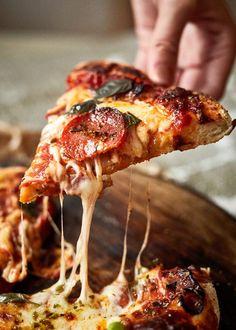 Den bedste hjemmelavede pizza - Take A Bite - Find opskriften her! Strawberry Lemonade, Afternoon Tea, Pizza, Fresh, Den, Cooking, Flutes, Kitchen, Cuisine