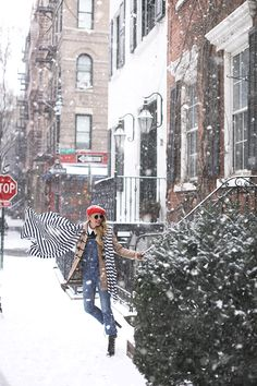 The prettiest places to see in the snow - the west village NYC! Preppy Style Winter, Preppy Fall Fashion, Snow Fashion, Autumn Fashion, Snow Outfit, Outfit Winter, Winter Wear, Winter Senior Pictures, Nyc Snow