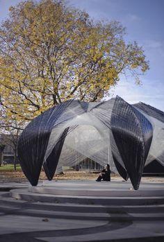 ICD/ITKE Research Pavilion / University of Stuttgart, Faculty of Architecture and Urban Planning. 2012 Pabellón de investigación totalmente robótico fabricado a partir de compuestos de carbono y fibra de vidrio. Este proyecto interdisciplinario investiga la posible interrelación entre las estrategias de diseño biomiméticos y nuevos procesos de producción robótica.
