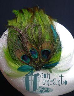 tocado forrado de plumas en la tonalidad de verdes de la pluma del pavo real