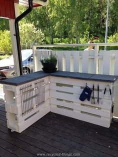 Outdoor Pallet Projects L-Shaped Countertop with Plenty of Storage Space - Outdoor pallet furniture ideas help you make your backyard into an outdoor living area that you can enjoy with your family. Find the best designs! Pallet Crafts, Diy Pallet Projects, Outdoor Projects, Outdoor Decor, Party Outdoor, Outdoor Couch, Wood Crafts, Wood Projects, Bar Pallet